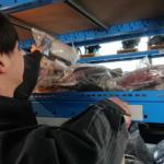 男性が倉庫から部品を取り出している画像